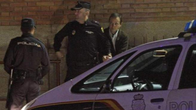 José Bretón (d), el padre de los dos menores de 2 y 6 años, José y Ruth, desaparecidos el pasado 8 de octubre de 2011, a su salida de los juzgados de Córdoba.