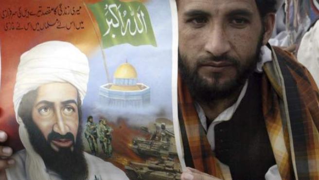 Varios paquistaníes protestan durante el primer aniversario de la muerte del líder terrorista saudí de Al Qaeda, Osama bin Laden