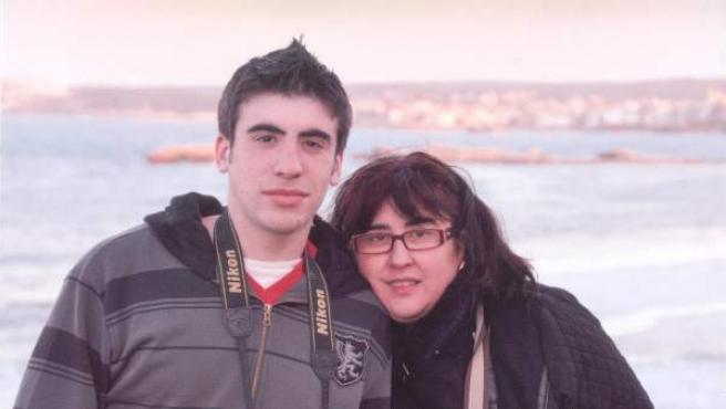 Isabel Altamirano, junto a su hijo, Ismael Benito, detenido el día del huelga general.