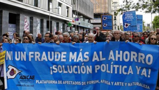 Cientos de personas congregadas por la Asociación de Usuarios de Bancos, Cajas de Ahorros y Seguros (Adicae) durante la marcha por las calles de Madrid en protesta por el retraso que sufren los procesos judiciales relacionados con el fraude de Fórum y Afinsa.