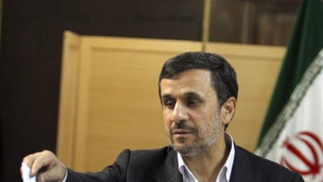 El expresidente iraní, Ahmadineyad, votando en un colegio electoral de Tehrán.