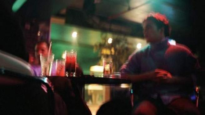 Jóvenes en un bar de copas.