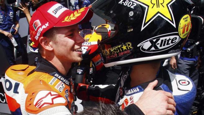 Casey Stoner y Jorge Lorenzo celebran su presencia en el podio del Gran Premio de Portugal.