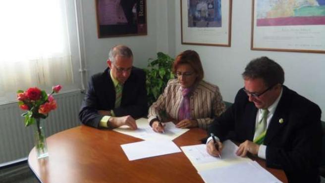 Junta Y Pinos Puente Firman Un Acuerdo Para Acabar Con Absentismo Escolar