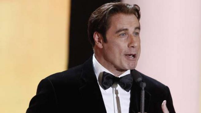 John Travolta recibe el premio a mejor intérprete masculino internacional en la 46ª entrega de los premios Cámara Dorada en Berlín (Alemania).