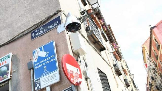 Cámara de vigilancia del Ayuntamiento de Madrid en la calle de Mesón de Paredes.
