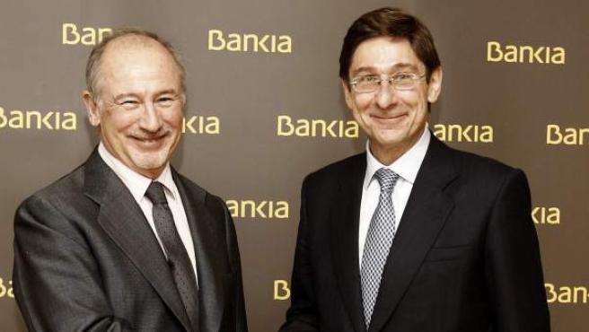 El nuevo presidente de Bankia, José Ignacio Goirigolzarri (d), que sustituye en el puesto a Rodrigo Rato (i).
