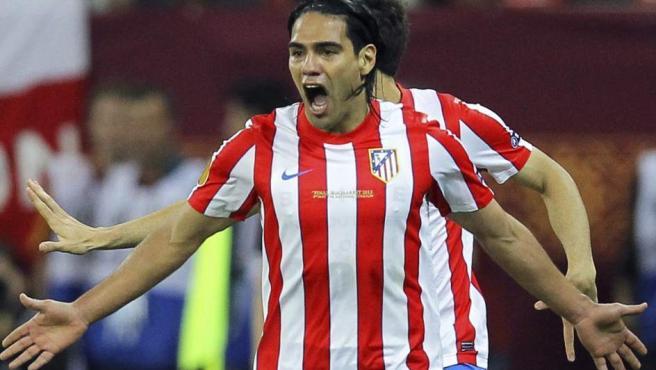 Radamel Falcao celebra uno de sus goles en el Atlético - Athletic.