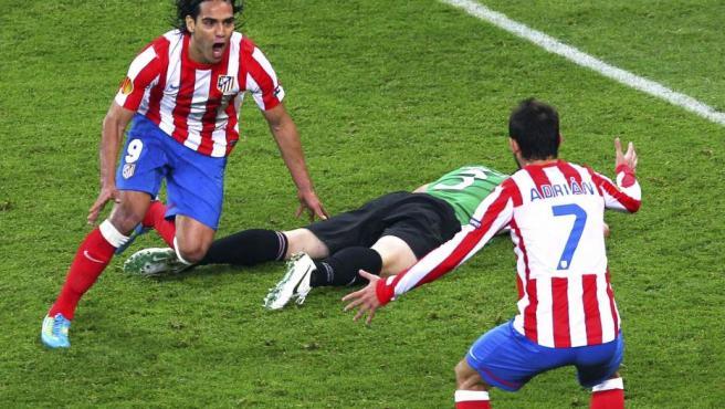 Falcao celebra uno de sus goles con Amorebieta en el suelo.