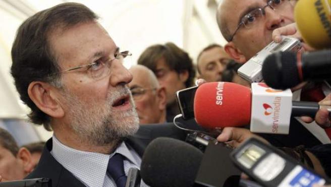 Rajoy atiende a los medios.