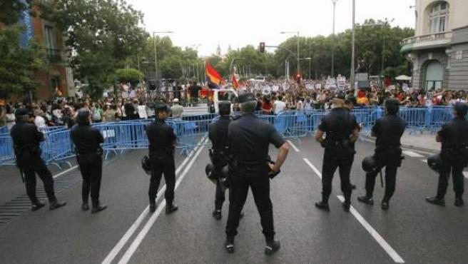 Imagen de una protesta del movimiento 15-M protesta contra la reforma constitucional para limitar el déficit público.