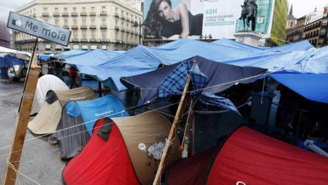 Varias tiendas de campaña en la Puerta del Sol.