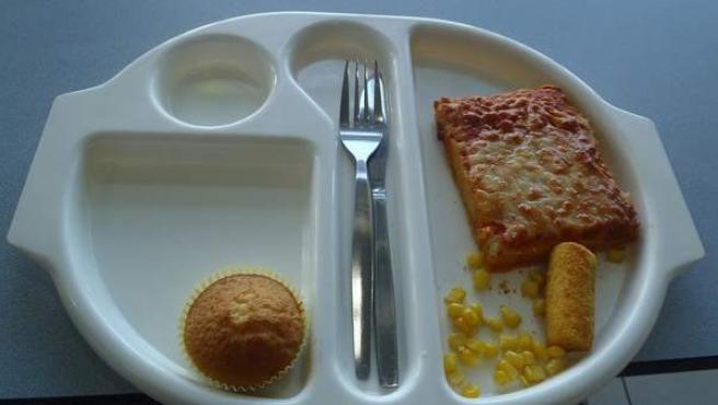 Un trozo de pizza, una croqueta, un poco de maiz y una magdalena: la dieta de Martha Payne en su colegio.