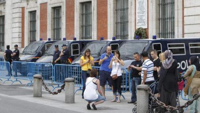 Furgones policiales y muchos turistas en el km. 0 de la Puerta del Sol el 12 de mayo, antes de la llegada de las cuatro 'columnas indignadas' procedentes de todo Madrid.
