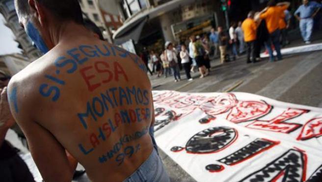 """""""Si seguis con esa, montamos la islandesa"""", reza el lema de la espalda de un joven en Valencia."""