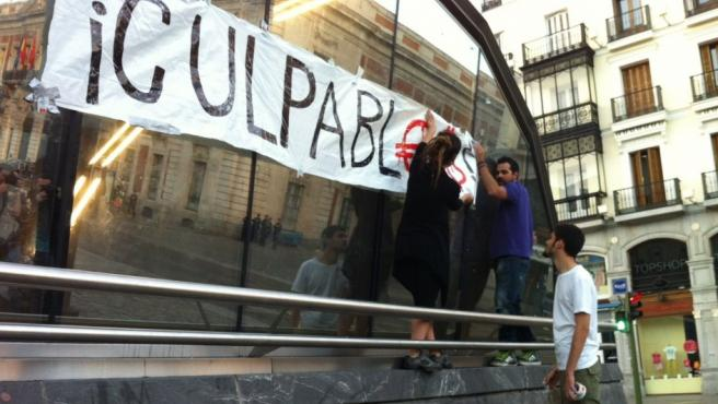 La policía volvió a reabrir la Puerta del Sol y los 'indignados' tardaron poco en poner una nueva pancarta del movimiento 15-M.