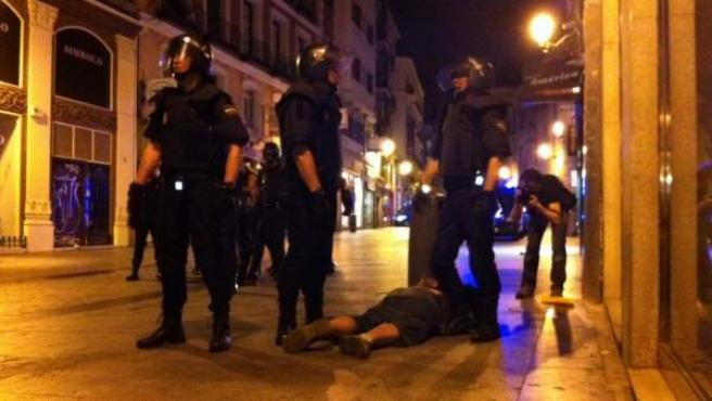 La policía arresta a un 'indignado' en Sol.