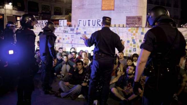 La Policía ha desalojado esta madrugada de nuevo la Puerta del Sol, donde permanecían unas 200 personas.