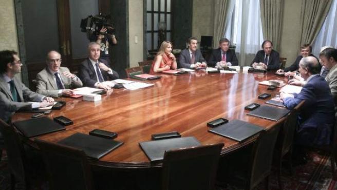 El presidente del Senado, Pío García Escudero, en la cabecera de la mesa, ha presidido la primera reunión de la ponencia que estudiará la reforma de la Cámara.