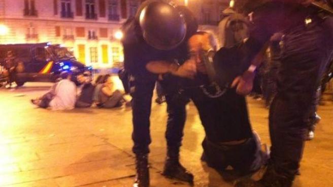 La Policía desaloja a los indignados de Sol por tercera noche consecutiva.
