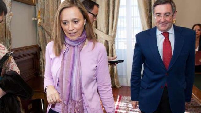 A conselleira de Facenda, Elena Muñoz Fonteriz, e o alcalde de Santiago, Ángel C