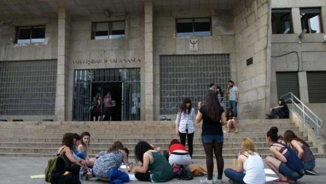 Estudiantes Salmantinos Que Se Han Encerrado En La Universidad