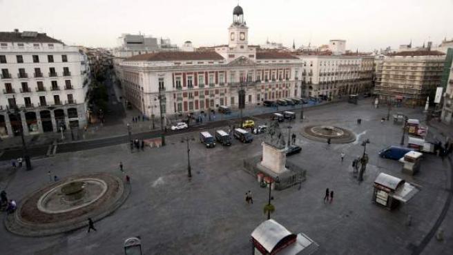 Aspecto de la Puerta del Sol a primera hora de la mañana del domingo, tras el desalojo del 15-M.