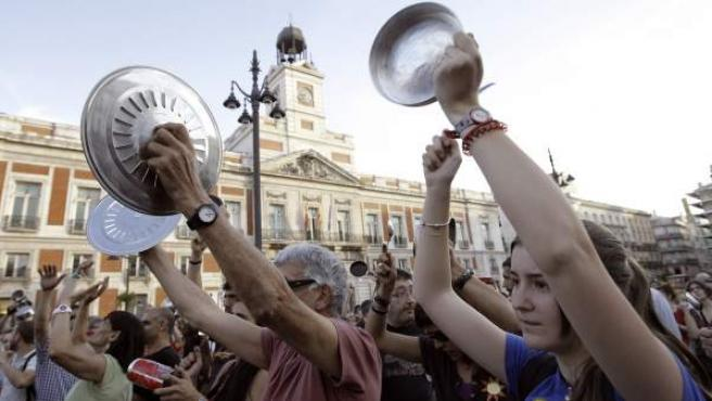 Gran número de 'indignados' durante la cacerolada popular contra los recortes.