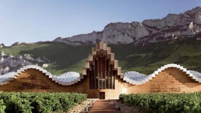 La monumental fachada de la bodega diseñada por Calatrava.