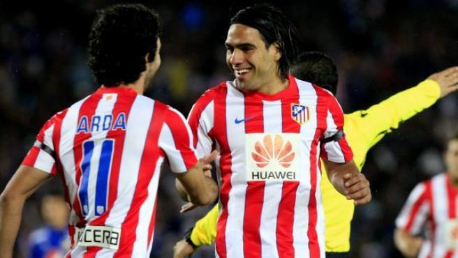 El jugador del Atlético de Madrid, el colombiano Falcao García (d), celebra un gol.