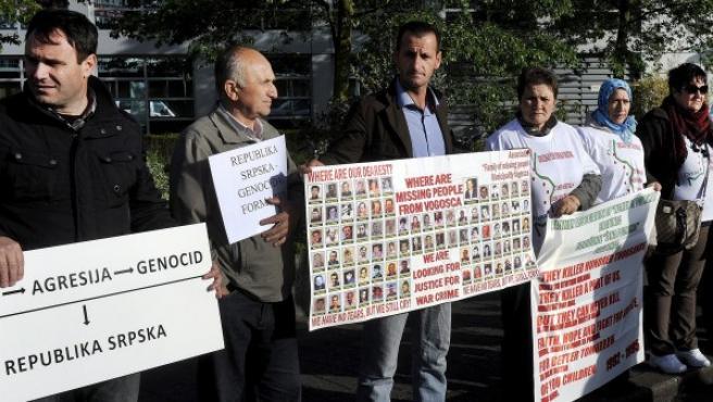 Varios bosnios se concentran a las puertas del Tribunal Penal Internacional para la antigua Yugoslavia (TPIY) durante el juicio contra el ex general serbobosnio Ratko Mladic.