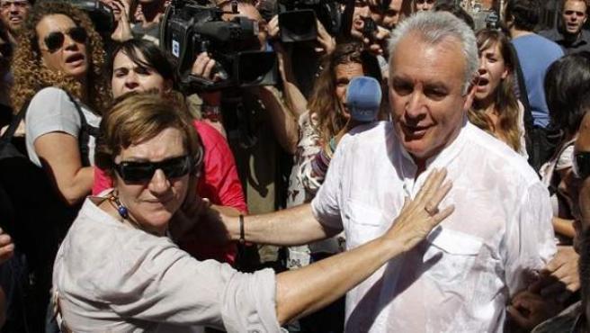 Cayo Lara, durante una desahucio en Madrid donde fue increpado por los activistas.