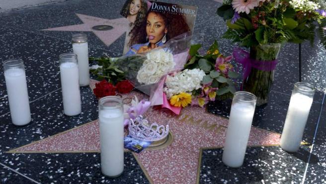 Velas y flores en homenaje a Donna Summer, en el Paseo de la Fama en Hollywood, California (EEUU).