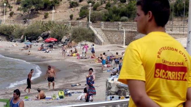 Un Voluntario De Protección Civil Supervisa Una Playa