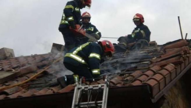 Bomberos Sofocan Un Incendio En El Tejado De Una Casa.