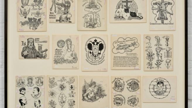 Una de las láminas de dibujos de tatuajes expuestas en Berlín