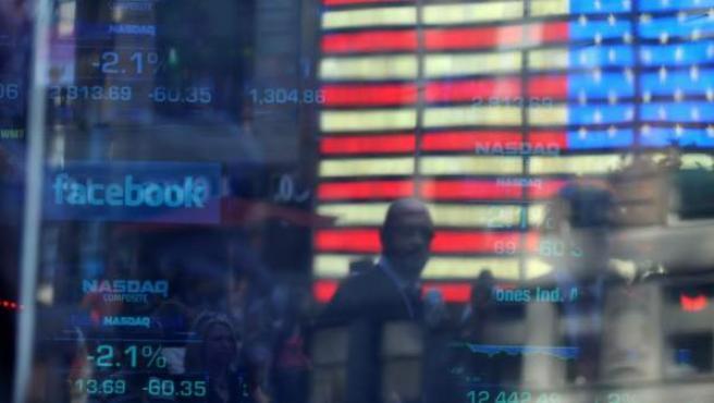 El logo de Facebook es visto en una pantalla, en la sede de NASDAQ en el sector de Times Square en Nueva York (EE UU).