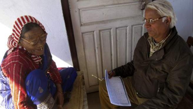 Fotografía cedida por el profesor Madhav Prasad Pokharel, de la Universidad Tribhuvan de Katmandú, quien aparece en la instantánea conversando con Gyani Maiya Sen, la última hablante de la lengua 'kusunda'.