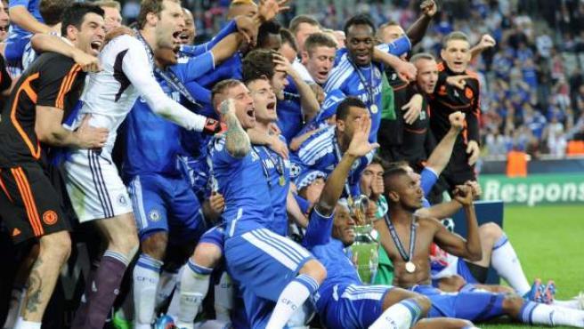 Los jugadores del Chelsea celebran en el título en el césped del Allianz Arena.