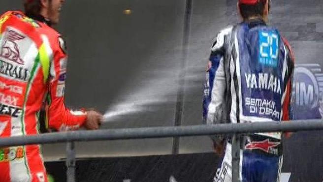Jorge Lorenzo y Valentino Rossi celebran su presencia en el podio del Gran Premio de Francia.