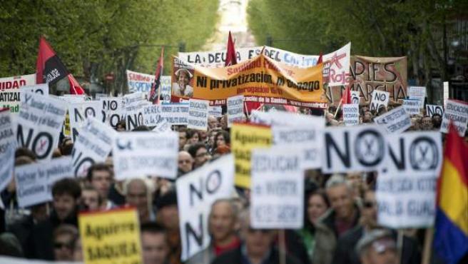 Imagen de archivo de miles de personas en uaa manifestación en Madrid en defensa de la sanidad y educación públicas.