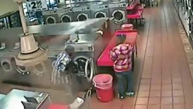 Meten a su hijo por error en la secadora.