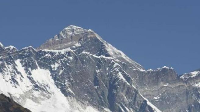 Un hombre observa el Everest.