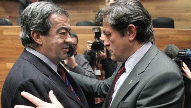 Javier Fernández (d), nuevo presidente del Gobierno de Asturias, saluda a su antecesor en el cargo Francisco Álvarez Cascos (i), durante la sesión de investidura.