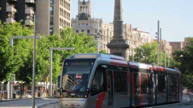Un Tranvía En Pruebas En La Plaza De Aragón De Zaragoza