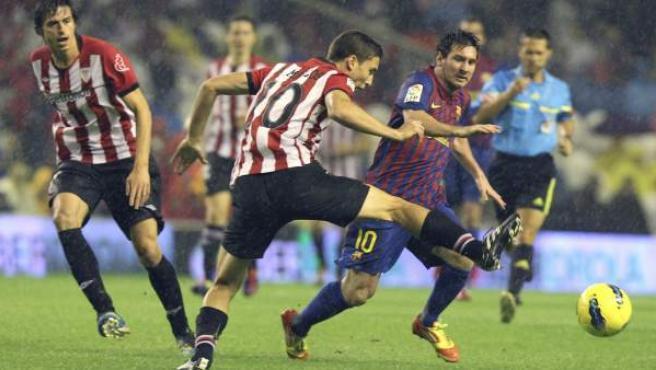 Leo Messi, delantero del Barça, defendido por Óscar de Marcos, centrocampista del Athletic.
