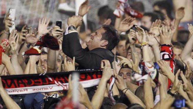 Sandoval celebra la permanencia del Rayo Vallecano con la afición.