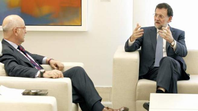 El presidente del Gobierno, Mariano Rajoy (d), conversa con portavoz de CiU en el Congreso, Josep Antoni Duran Lleida.