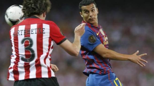 Pedro y Aurtenetxe luchan por el balón en la Copa del Rey.