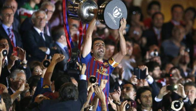 Xavi levanta la Copa del Rey.